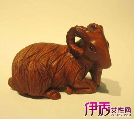 木雕中的圆雕作品,题材造型主要为佛像,仙道人物,动物和黄花梨手串花