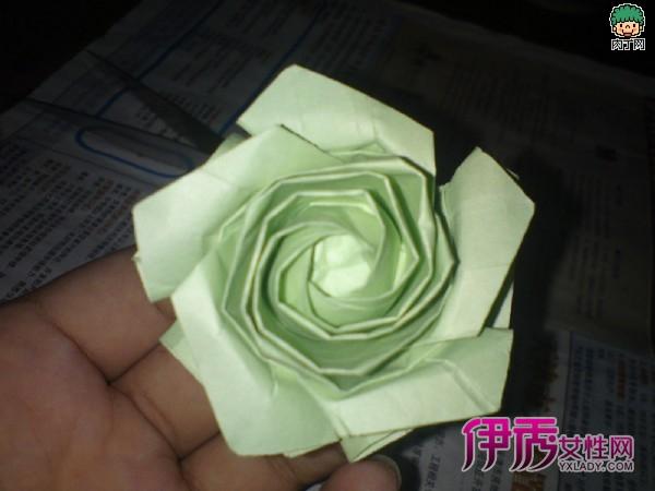 一款漂亮的复杂玫瑰花的折法