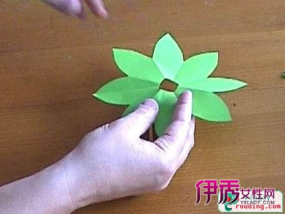 手工海绵纸纸花的制作方法.介绍:你喜欢纸花吗?你折过纸花吗?
