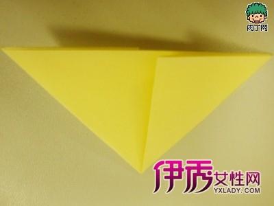 百合花折纸手工图解2、对折之后,把两个小正方形沿对角线对折,