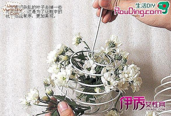 矿泉水瓶和铁丝手工制作的漂亮花篮_创意div_创意-伊图片