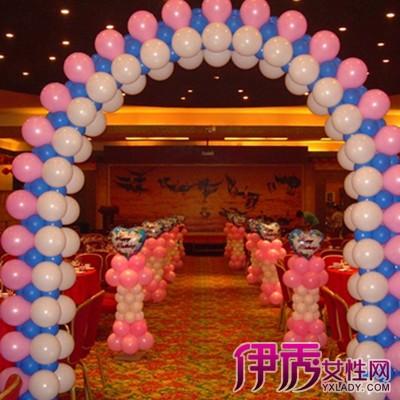 绿色气球在生日现场编织一个气球拱门
