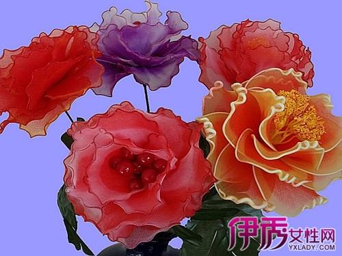 手拿一支玫瑰花头像展示
