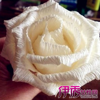 吃饭后看到桌上的纸巾,就用纸巾做了一个玫瑰花,下面和大家分享一下吧图片
