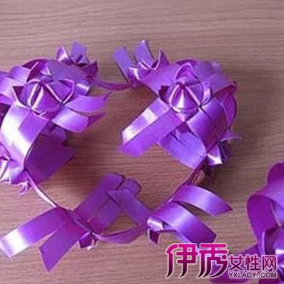 彩带编织心形风铃的方法介绍:  材料:彩带一卷[宽1厘米],剪刀制作过程