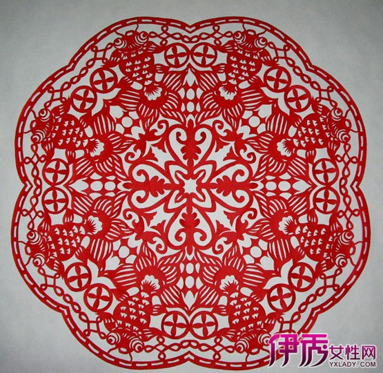 剪纸是古老的汉族民间艺术,春节期间,在中国广大的地区都有贴剪纸的传统。剪纸,又叫刻纸,是一种镂空艺术。是中国汉族最古老的民间艺术之一。其在视觉上给人以透空的感觉和艺术享受。剪纸的载体可以是纸张、金银箔、树皮、树叶、布、皮革。最具代表性的是北方山西的江萍剪纸,发展成为多色、套色、花色美,形成了简中求繁、繁中求和、和中求殊的原色、重彩艺术语言。剪纸团花作为剪纸的一种布局格式。呈圆形花样、四面均齐。这种装饰格式在剪纸中尤能显示其优异性,由于纸张可折叠,如对角折叠二次、三次、四次不等,便可剪出四面均齐的团花。