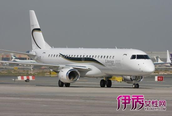 顶级富豪享受一个人天空私人飞机成新玩具
