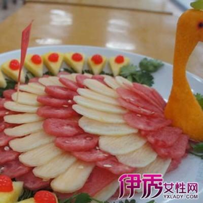 孔雀开屏水果拼盘制作效果图:夜场在制作水果拼盘的时候选材要注意:从