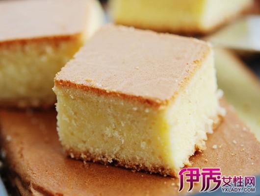 全蛋海绵蛋糕是全蛋打发后加入面粉制作而成的;分蛋海绵蛋糕在制作的