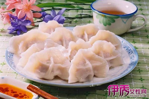 饺子,又名水饺,原名娇耳,是中国的古老传统面食,源于中原宛城,距今已有一千八百多年的历史了。饺子深受中国广大人民的喜爱,是中国北方大部分地区每年春节必吃的年节食品,在许多省市也有冬至节吃饺子的习惯,南方地区也普遍有饺子这一食品。饺子面怎么和呢?下面以我的经验给大家示范一下。 食材:饺子面粉 水 鸡蛋 盐 方法/步骤 1.