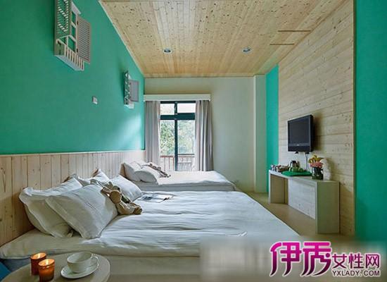浅色木地板+绿色墙面