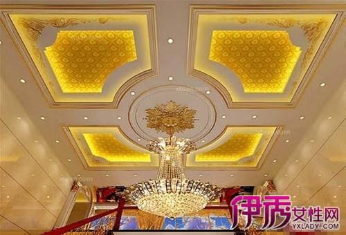 欧式风格客厅天花板吊顶多采用造型吊顶设计,且欧式吊灯也是一大亮点