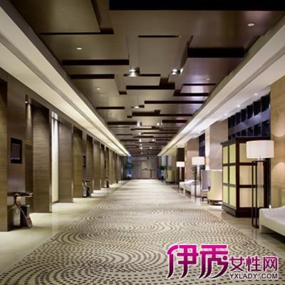 画室走廊装修的设计根据情况不同,设计的重点和处理的技巧也不同。对于封闭式且很狭长的过道,可以在过道的末端做对景台,吸引人的视线,让人感觉不到狭长。
