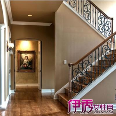 农村自建房楼梯设计在中间的后面图片
