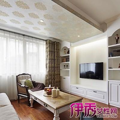 石膏线细腻的材质让天花板看上去非常的温润,对称造型的复杂花纹,又