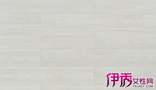 五、选加工精度用几块地板在平地上拼装,用手摸、眼看其加工质量精度、光洁度,是否平整、光滑,榫槽配合、安装缝隙、抗变性槽等拼装是否严丝合缝。好地板应该做工精密,尺寸准确,角边平整,无高低落差。 六、选木材质量实木地板采用天然木材加工而成,其表面有活节、色差等现象均属正常。同时,这也正是实木地板不同于复合地板的自然之处,故不必太过苛求。如表面有虫眼、开裂、腐朽、蓝变、死节等缺陷,在施工时可根据铺设需要,或截短,或锯成两半,取其可用而去其缺陷。 七、选油漆质量不论亮光或哑光漆地板,挑选时均应观察表面漆膜是否均