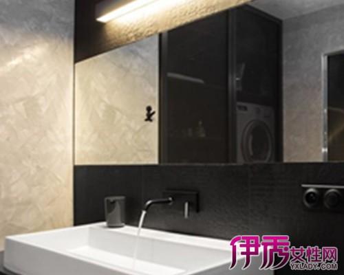 材质是瓷砖地板用瓷砖地脚线,木地板用木质地脚线,也有客厅铺瓷砖而