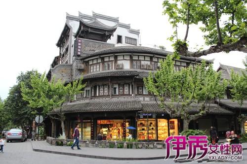 原有仿古建筑采用木质书法牌匾