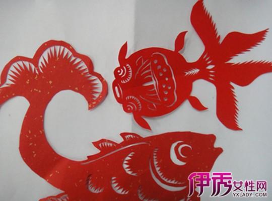 注意,尽量要做到左右对称;第三步,用剪刀沿着画好的鱼