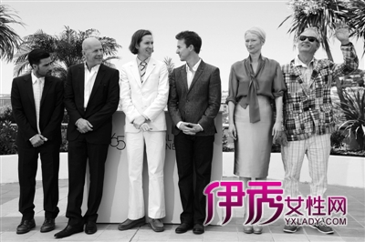 导演韦斯·安德森(左三)携詹森·舒瓦兹曼,布鲁斯·威利斯,爱德华