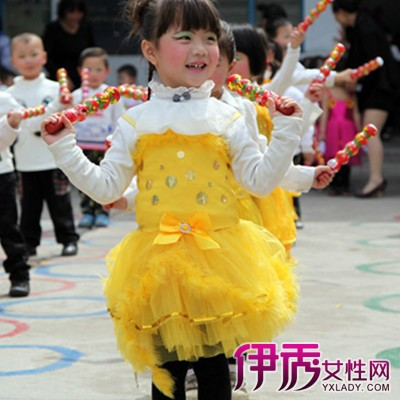 幼儿园为幼儿提供的体育器械很多,如呼啦圈等.