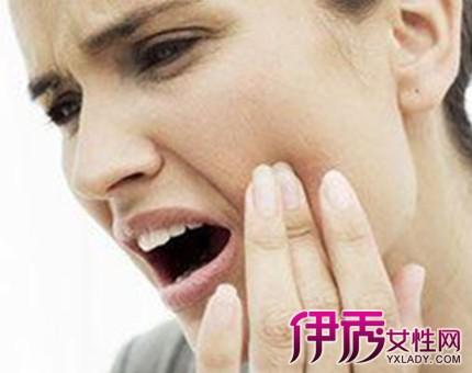 嘴巴里面起泡怎么治