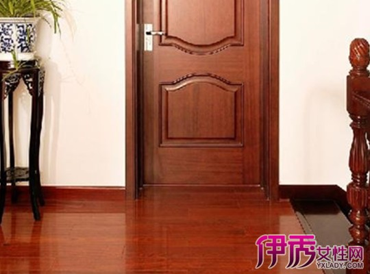 白色家具配地板效果图-深色地板配家具效果图-白色门配木地板效果图