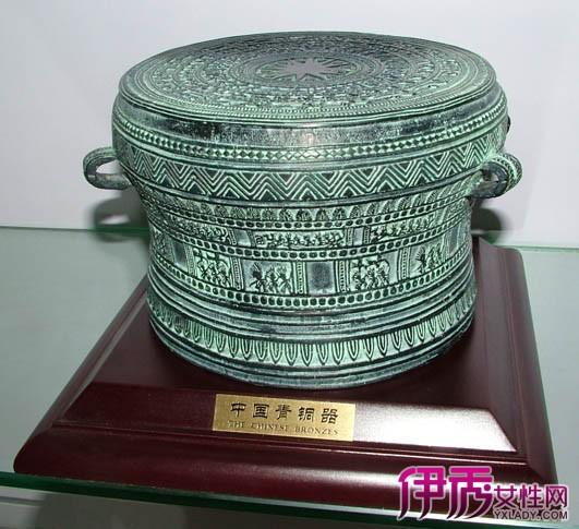铜鼓在古代常用于战争中指挥军队进退,也常用于宴会、乐舞中。也是一种流行于广西、广东、云南、贵州、四川、湖南等少数民族地区的打击乐器。铜鼓是中国古代悠久而灿烂文化的结晶,是中国少数民族先民智慧的象征,它具有东方艺术的特色,是世界文化艺术宝库之珍藏。铜鼓在越南、老挝、缅甸和泰国甚至印度尼西亚诸岛也有流传。 铜鼓是我国古代西南少数民族的一种具有特殊社会意义的铜器,它原是一种打击乐器,以后又渲化为权力和财富的象征。它为民族首领贵族所独占,被视之为一种珍贵的 重器 或礼器,因此也成为被祭祀的对象。自春秋战国直至明