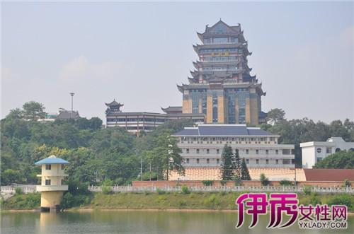 青秀山位于南宁市区往东南约9公里处的邕江江畔,它包括了青山,凤凰岭