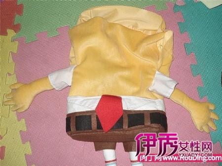 拉链是我在一旧衣服上面取下来的,算是废物利用.-自制小背包娃娃图片